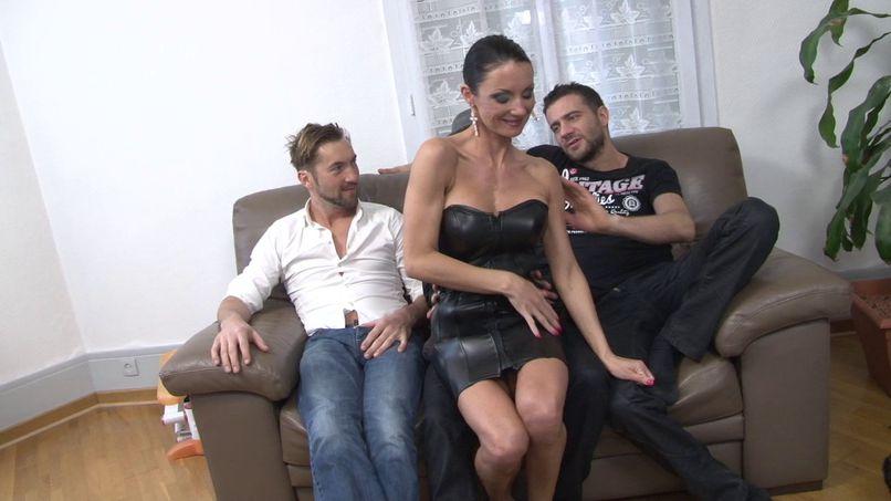 Elvira, discovers the gangbang in double penetration! - Tonpornodujour.com