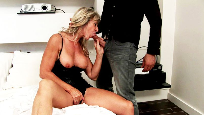 Marina the bourgeois cougar gets fucked by her neighbor! - Tonpornodujour.com