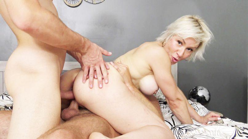 Kim, a hell of a slutty milf who loves double penetration or anal! - Tonpornodujour.com