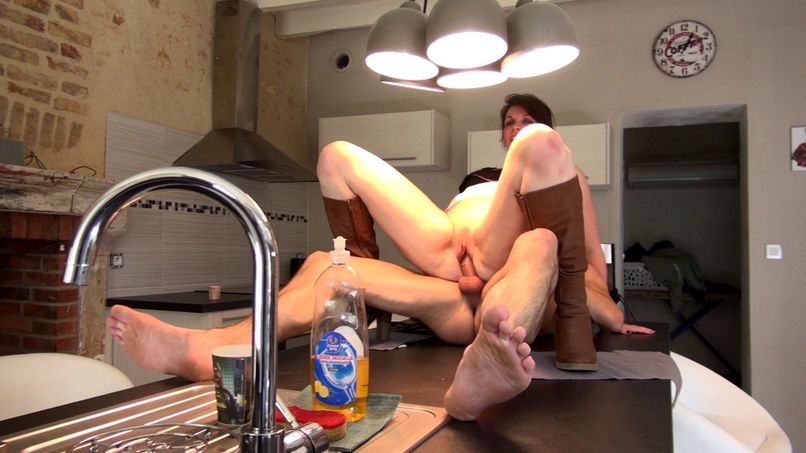 It's cooking in the kitchen for Clarisse! - Tonpornodujour.com