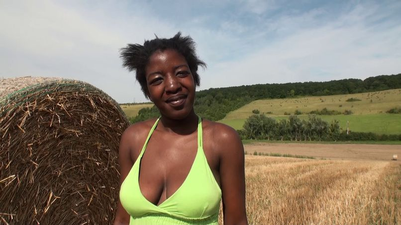 Immersion in the heart of the big breasts of the black Bahie - Tonpornodujour.com