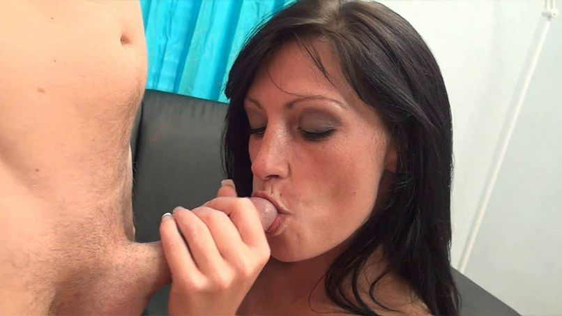 Crystal, beautiful milf with a nice ass, offers herself a rather hot anal casting! - Tonpornodujour.com