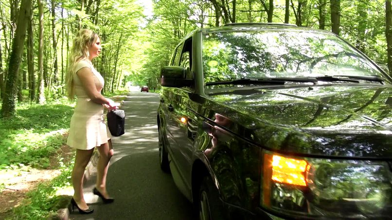 Beautiful woman with big breasts Emma, 28 years old, fucks in the forest! - Tonpornodujour.com