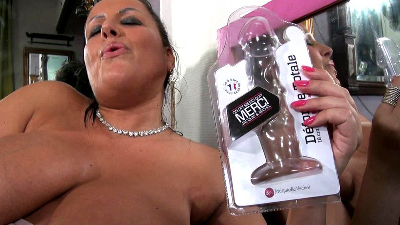 Tatiana plays with two men and her big natural tits in a sex shop! - Tonpornodujour.com