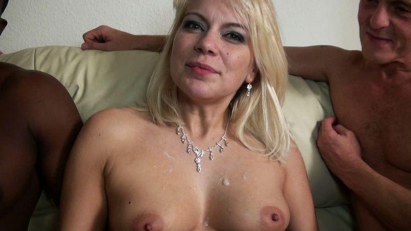 Amateur gangbang for Sandrine, blonde milf totally slutty! - Tonpornodujour.com