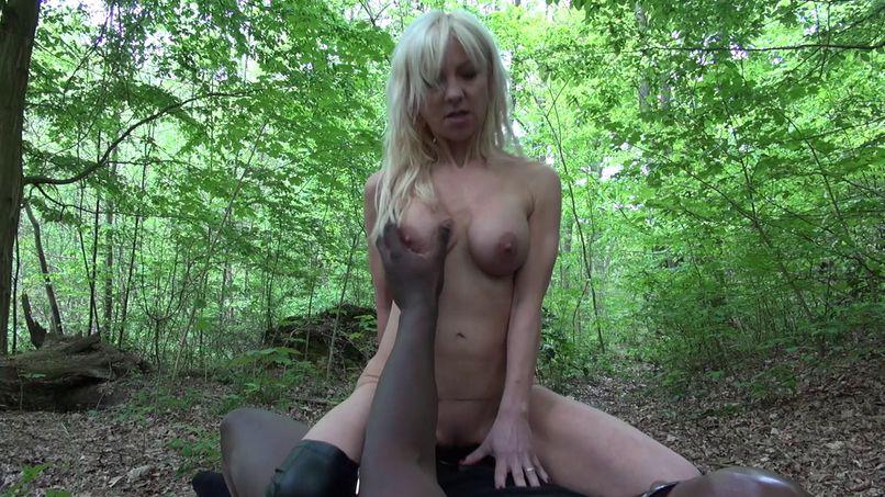 Moussa fucks a cougar in the forest! - Tonpornodujour.com
