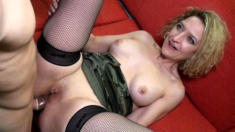 Bea is an amateur milf who only lives for hard sex! - Tonpornodujour.com