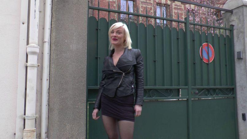 Caroline, a blonde milf with big tits, gangbang! - Tonpornodujour.com