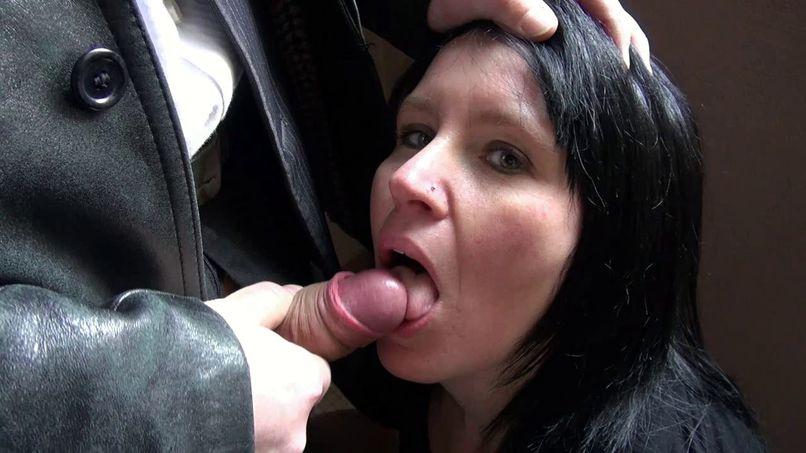 Liza, a beautiful amateur busty woman, offers her slutty ass in a gangbang! - Tonpornodujour.com